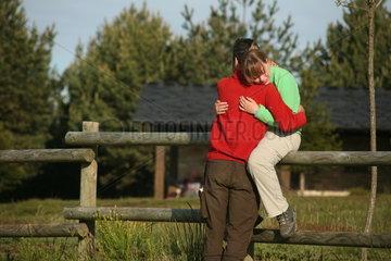Paar umarmt sich - Jakobsweg - Camino de Santiago