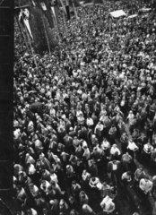 Menschenmenge auf einem Marktplatz aus Vogelperspektive