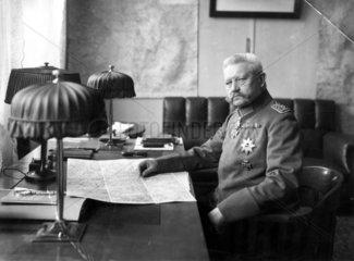 Paul von Hindenburg markiert Landkarte  1915