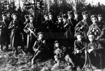 Militaergruppe mit Gasmasken