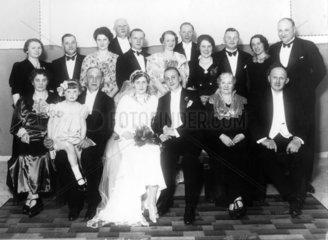Hochzeitspaar mit Verwandten