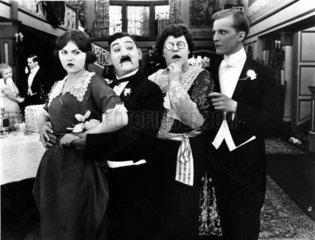 seltsames Paar wundert sich ueber anderes seltsames Paar 1920