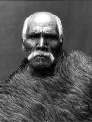 Maori Mann mit Fell und Taetowierung