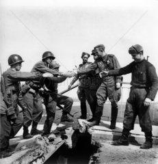 Torgau  25.4. 1945 sowjetische und amerikanische Soldaten begruessen sich