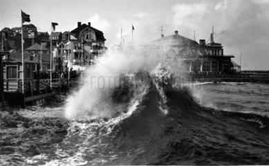 kraeftige Welle trifft auf Pier
