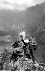 2 Paare auf dem Berg  1920