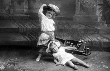 Kind faellt aus Schubkarre  1910