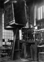 Arbeiter baut an einer Lokomotive
