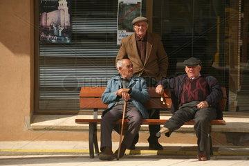 drei Maenner davon einer mit Holzbein am Jakobsweg - Camino de Santiago