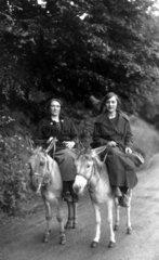 2 Frauen reiten auf Esel  1920