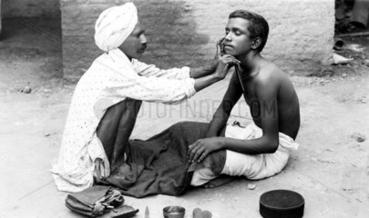 aelterer Mann rasiert jungen Mann