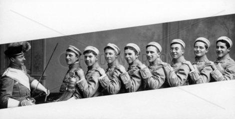 8 junge Soldaten mit Vorgesetzten  1900