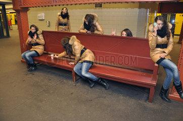 Doppelgaengerinnen auf der Bank