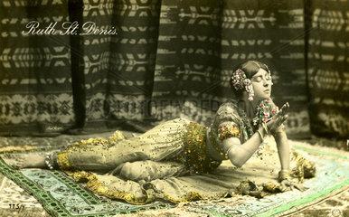 orientalische Frau raekelt sich auf Boden  1910