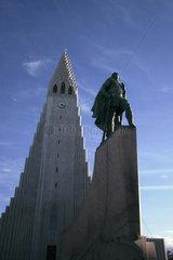Denkmal und Kirche in Reykjavik