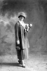 Frau im gestreiften Kostuem  1920