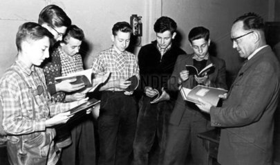 Jungs lesen ein Heft
