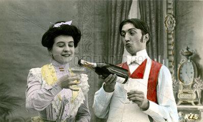 Bediensteter giesst Dame Champagner ein