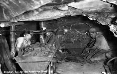 Maenner im Bergwerk  Kohlebergbau