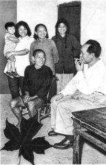 Mao Tse-tung beim Familienbesuch