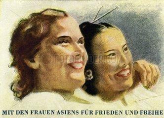 Weisse Frau umarmt chinesiche Frau