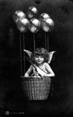 Amor schwebt in Korb mit Lufballons