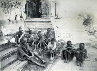Rangun  Myanmar oder Birma Lepra kranke Bettler am Tempeleingang