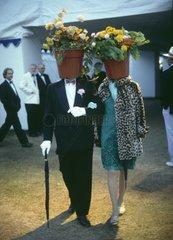 Paar mit Blumentopf auf dem Kopf