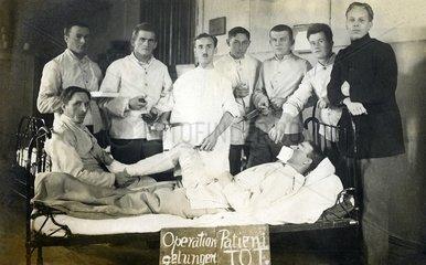 Aerzte vor dem Patient