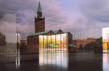 St. Matthaei Kirche spiegelt sich in der neuen Naionalgalerie