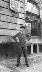 Mann posiert vor der Reederei Norddeutsche Lloyd