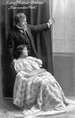 Neue Wiener Buehne - Mann und Frau schauen aus dem Fenster