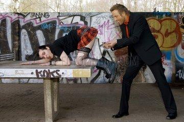 Mann fotografiert erogene Zone einer Punkerin auf einer Tischtennisplatte