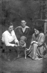 Drei Frauen mit Gartenzwerg