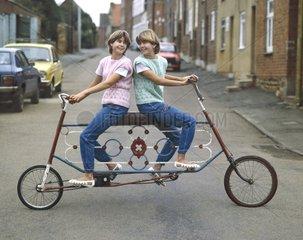 zwei Maedchen fahren Tandem