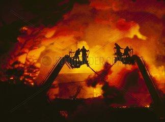 Feuerwehrmaenner loeschen einen Brand