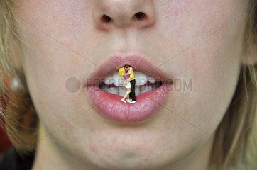 Frau mit Spielzeug im Mund
