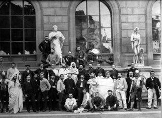 Theatergruppe vor Gebaeude