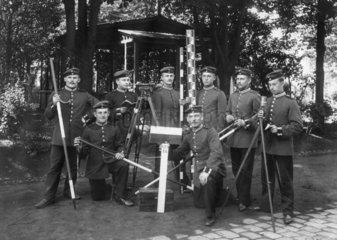 Soldaten mit Messinstrumenten