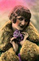Frau mit Pagenkopf  1920