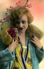 Frau im Pelzmantel  1920