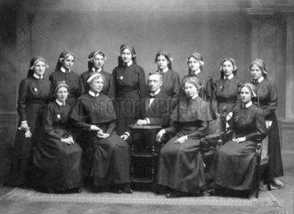 12 Nonnen  1 Mann  1918