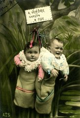 2 Babies im Sack  1920