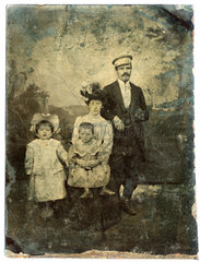 uralte Ferrotypie  Familienfoto  1900