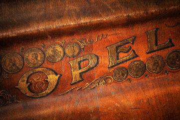 Opel  Schriftzug auf Opel-Naehmaschine  um 1890