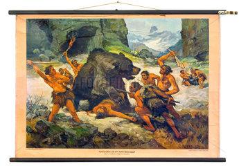 Urmenschen auf Baerenjagd  alte Schulwandtafel
