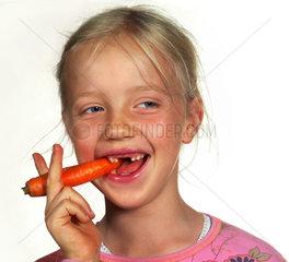 gesunde Ernaehrung  Maedchen isst Karotte