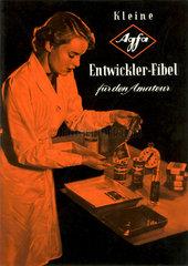 Laborantin in der Dunkelkammer  Agfa Werbung  1950