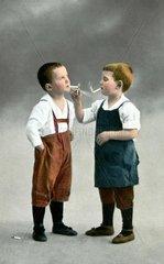 Kinder beim Rauchen 1916