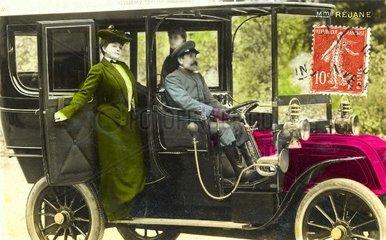Frauen mit Chauffeur  um 1909